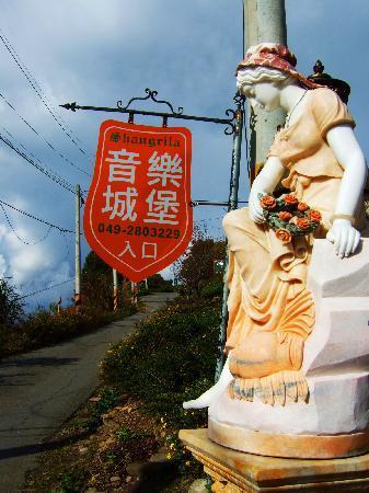 Shangrila Music Villa: Sign post at entrance to villa