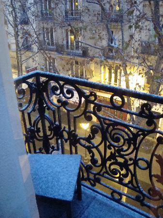 Bed and Breakfast Delareynie : The view onto the balcony (in the snow)