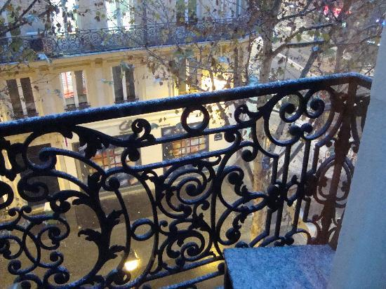 Bed and Breakfast Delareynie : View from balcony onto the street below.