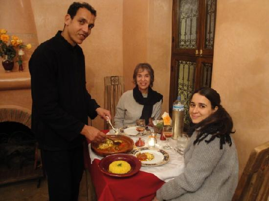 Riad le Clos des Arts : the guests (Peggy & Liza) in the riad restaurant enjoy a delicious meal