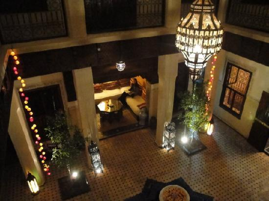 Riad le Clos des Arts : view of the courtyard at night