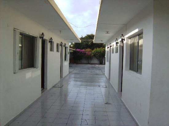 Hotel Hermanos Aguilar: Hotel Walkway