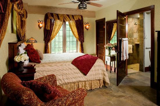 Hilltop Manor Bed & Breakfast: Magnolia Suite - Cozy with queen size bed and views of waterfall.  Oversized shower with rainmak