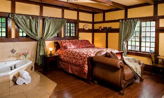 Hilltop Manor Bed & Breakfast: Deluxe Oak Suite - Corner Jacuzzi for 2, king sized bed, romantic fireplace and separate shower