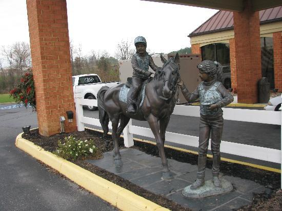 Comfort Inn Virginia Horse Center: I just loved this statue in the front