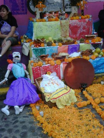 Tepoztlan, Mexico: Families have marigold-strewn altars at home too.