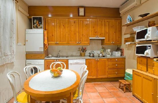 House Family Bed and Breakfast: Kitchen for self-catering use