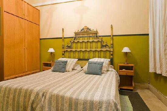 House Family Bed and Breakfast: Green Double Bedroom with window