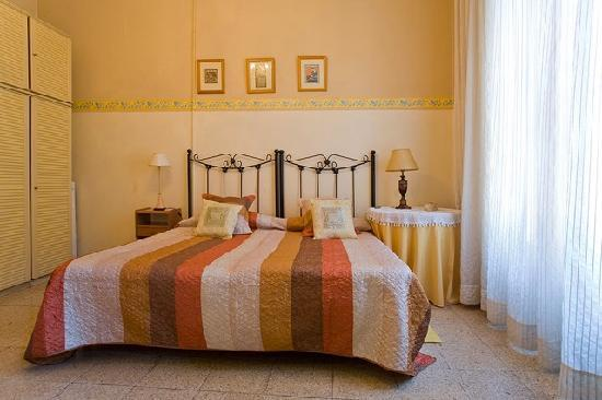 House Family Bed and Breakfast: Yellow Triple Bedroom with balcony