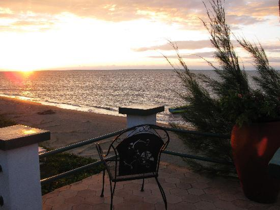 Idlers' Rest Beach Hotel: Sitting here enjoying my private sunset!