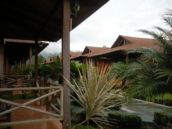 Hotel Arenal Montechiari: View from our front porch of the other bungalows.