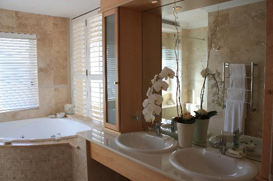 Atlantic Suites Camps Bay: Bathroom