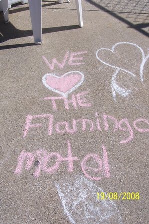 Flamingo Motel: Kids have fun with chalk at the pool
