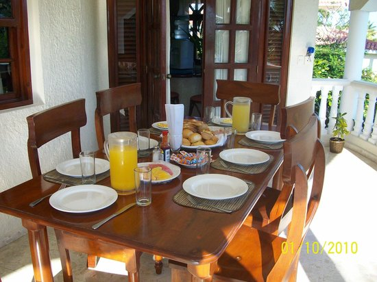 The Crown Villas at Lifestyle Holidays Vacation Resort: breakfast on porch