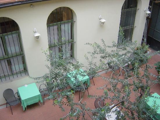 Il Guelfo Bianco: closed courtyard