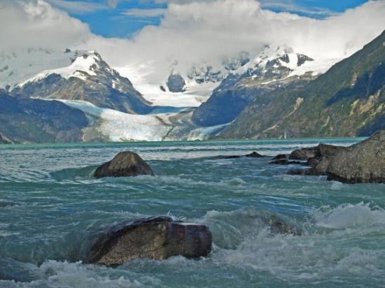 Futaleufu, Şili: Lago Leones con su vestinquero proveniente de los campos de hielo San Valentín.XI región, Chile.