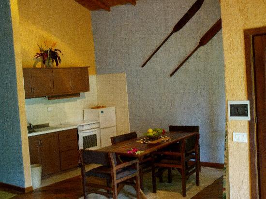 Paradise Cove Resort : bungalow - salle à manger