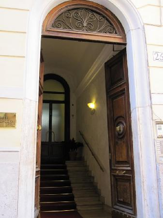 Hotel Azzurra: Entrance to Building
