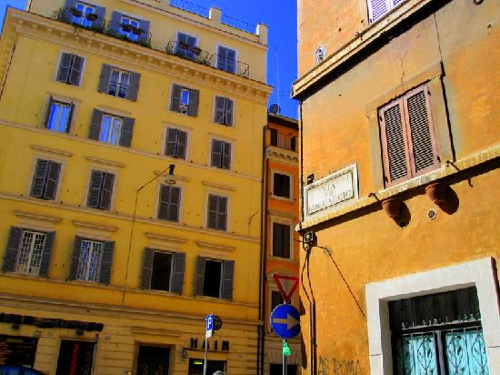 Hotel Azzurra: Street outside Building