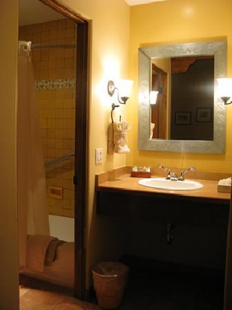 Old Santa Fe Inn: 清潔な水回り。お湯の出量もバッチリでした。