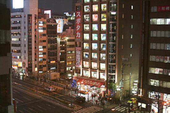 Cross Hotel Osaka: 窓の外は繁華街です