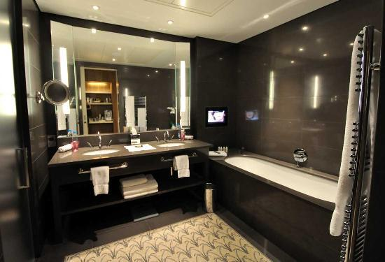 Le Gray Beirut: Bathroom with Bathtub TV