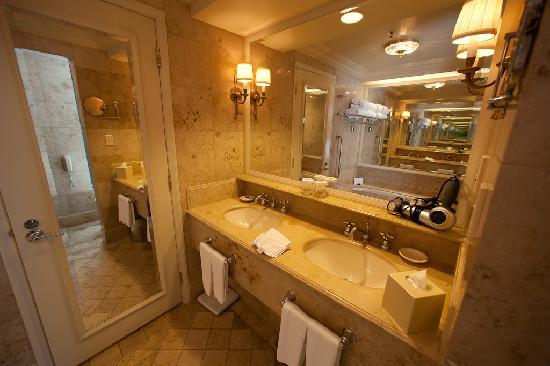 The Langham, Melbourne : Bathroom with 2 sinks!