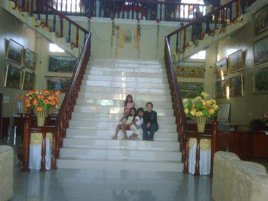 Villa Caridad Resort and Restaurant: Highlander Lobby Stairs Maganda