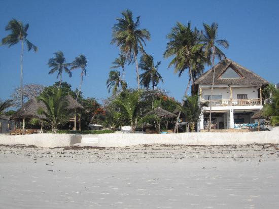 Waterlovers Beach Resort: Hotel seen from beach