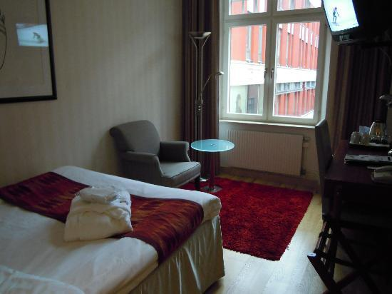 Scandic Klara: 狭いけどおしゃれな部屋でした。ベッドもふかふかです。