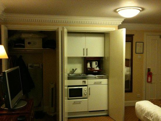 Grange Portland Hotel: Dispone de platos, cubiertos, tacitas, microhondas, fregadero, variedades de te, nevera, plancha