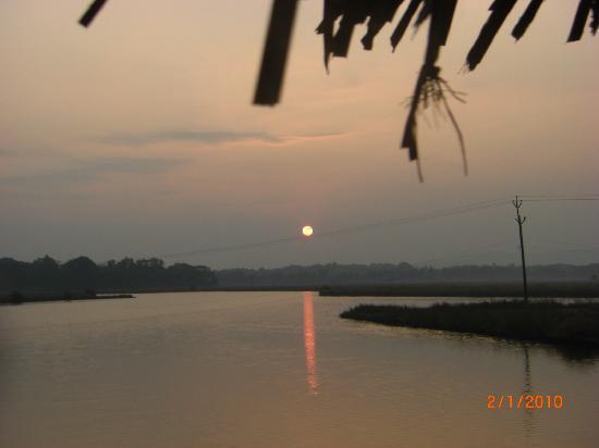 Mercure Goa Devaaya Retreat: Sunrise during yoga class