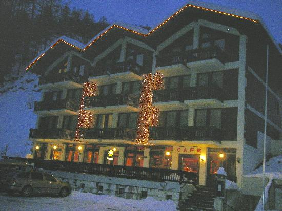 Hotel Cristal: Hotel Front by night