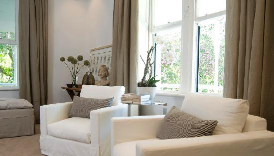 Middedorp Manor : Comfortable seating area in one of the guest suites