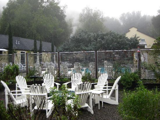 Farmhouse Inn: Fire pit for roasting marshmallows and the pool