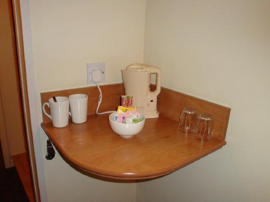 Premier Inn Glasgow (Milngavie) Hotel: tea and coffee making facilities
