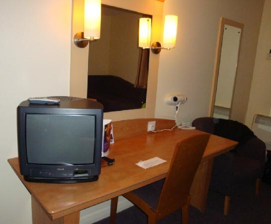 Premier Inn Glasgow (Milngavie) Hotel: bedroom - tv and hair dryer
