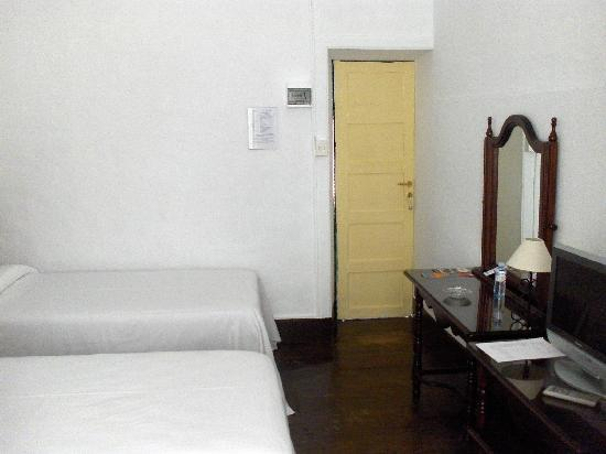 Hotel Aguere: Note that odd space between the door frame and the wall... sound carries here!