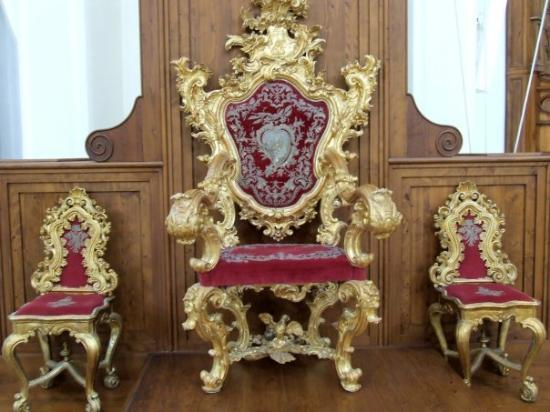 Noto, อิตาลี: The same chair but surrounded by midget chairs :)