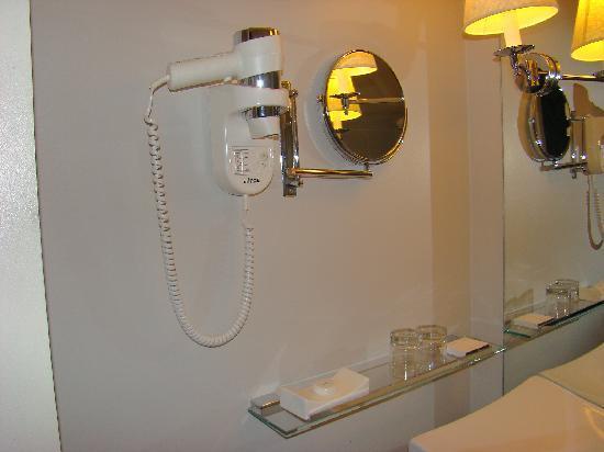 Premier Garage Reviews : accessoires salle de bain  Picture of LUX Saint Gilles