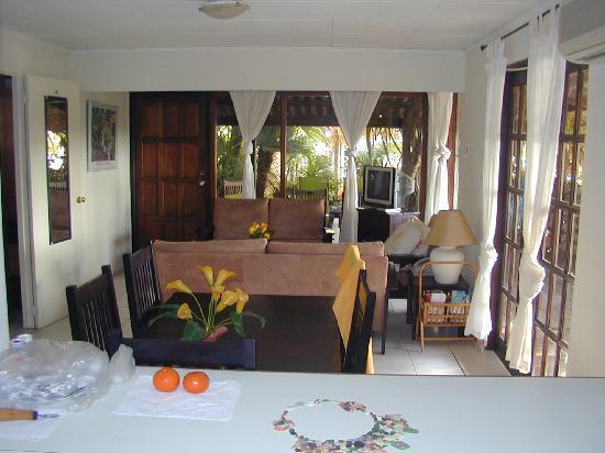 Boardwalk Hotel Aruba: Casita #8's living room.