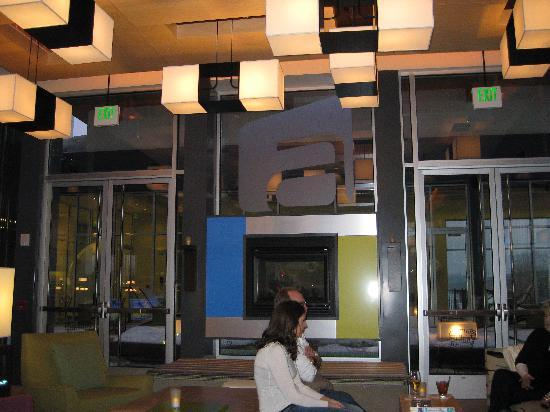 Aloft Green Bay: Lobby area with fireplace