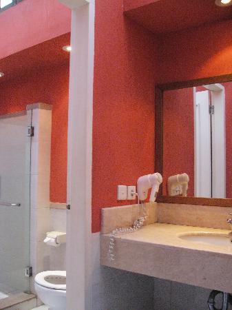 Tanaya Bed & Breakfast: Standard-水回り。部屋の向かいに2部屋分それぞれ独立してある。洗面台は共用