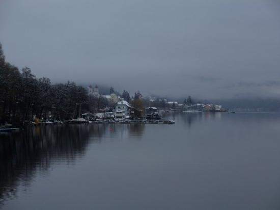 Villach, Österreich: Thick slushy snow and rain couldnt keep this lake from being the most peaceful spot on earth tod