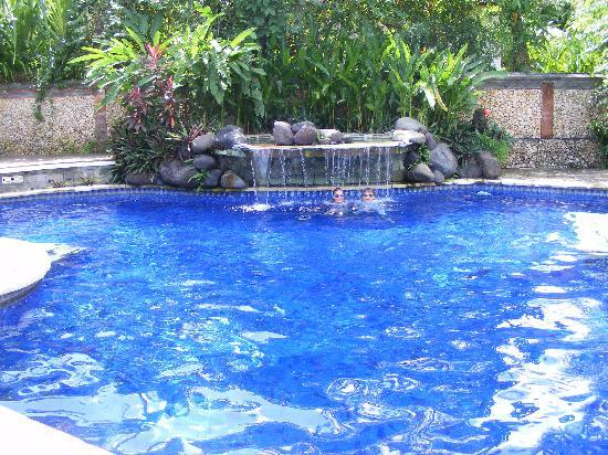 The Watergarden Hotel & Spa : Enjoying the Pool