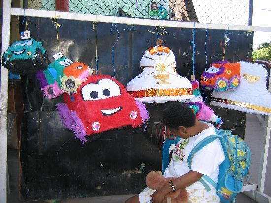 Hotel con Corazon: pinata workshop