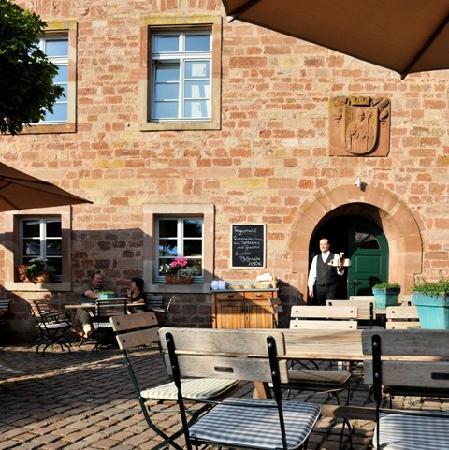 Kloster Hornbach: Biergarten mit historischem Ambiente