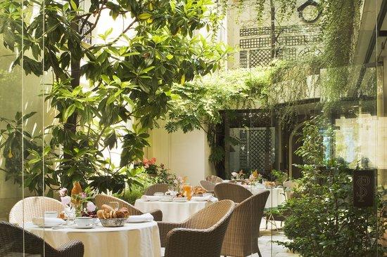 فندق سانت بيريز: Le patio de l'Hôtel des Saints Pères