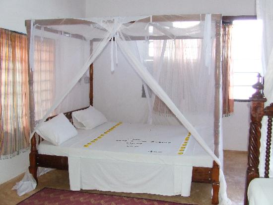 Shela Bahari Guest House: The bed in the top suite.