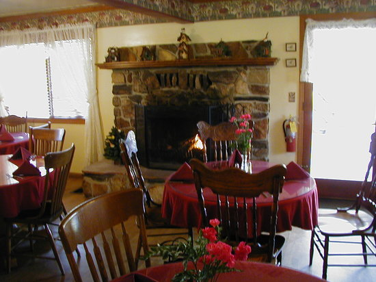 Whispering Pines Lodge: Breakfast by the Fire